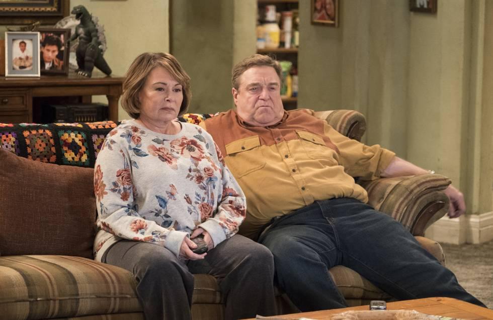 Roseanne Barr e John Goodman, em uma imagem promocional do regresso de 'Roseanne'.