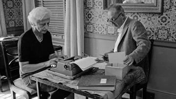 Vladimir Nabokov dita suas notas para sua esposa, Vera, Ithaca (Nova York) em 1977