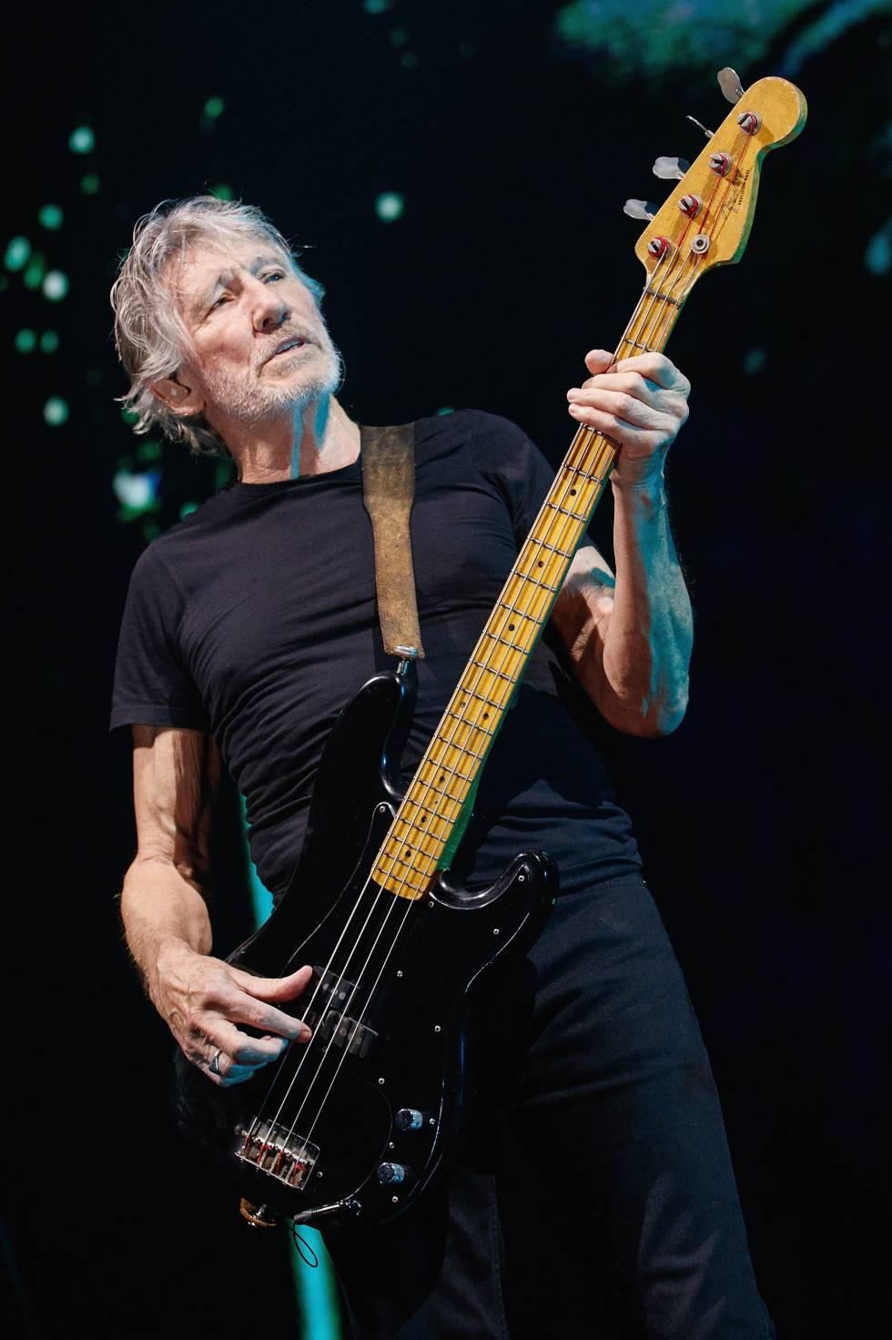 Roger Waters toca el bajo durante un concierto en Auckland, Nueva Zelanda.