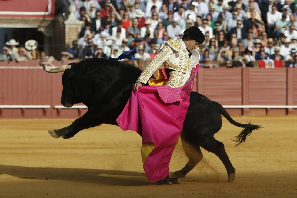 El diestro Alndrés Roca Rey, durante su primer toro, tercero de la tarde.