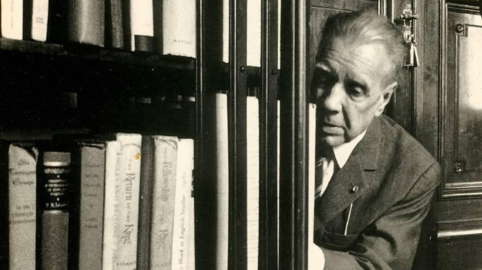 Borges, en su biblioteca.