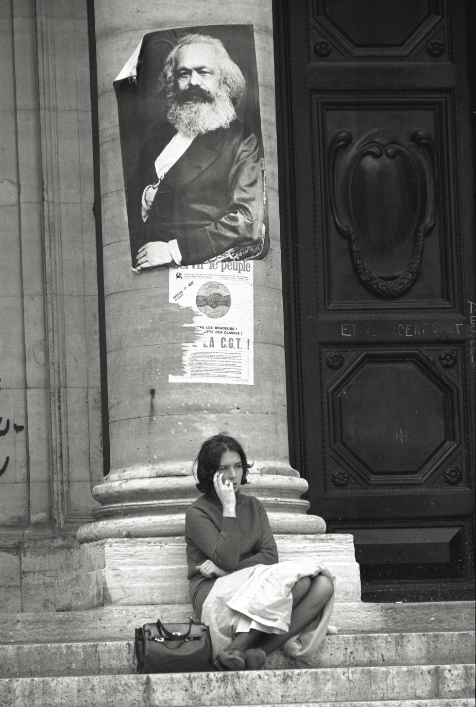 Una estudiante a la entrada de la Sorbona.