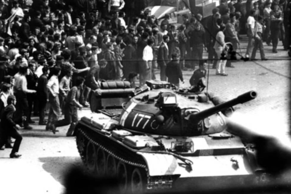 Ciudadanos checoslovacos se enfrentan a los tanques de la URSS, en Praga, el 24 de agosto de 1968.