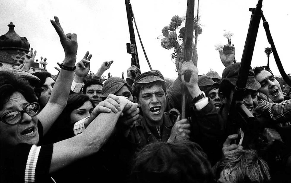 Soldados y civiles celebran la victoria del levantamiento militar que acabaría con la dictadura de Marcelo Caetano.