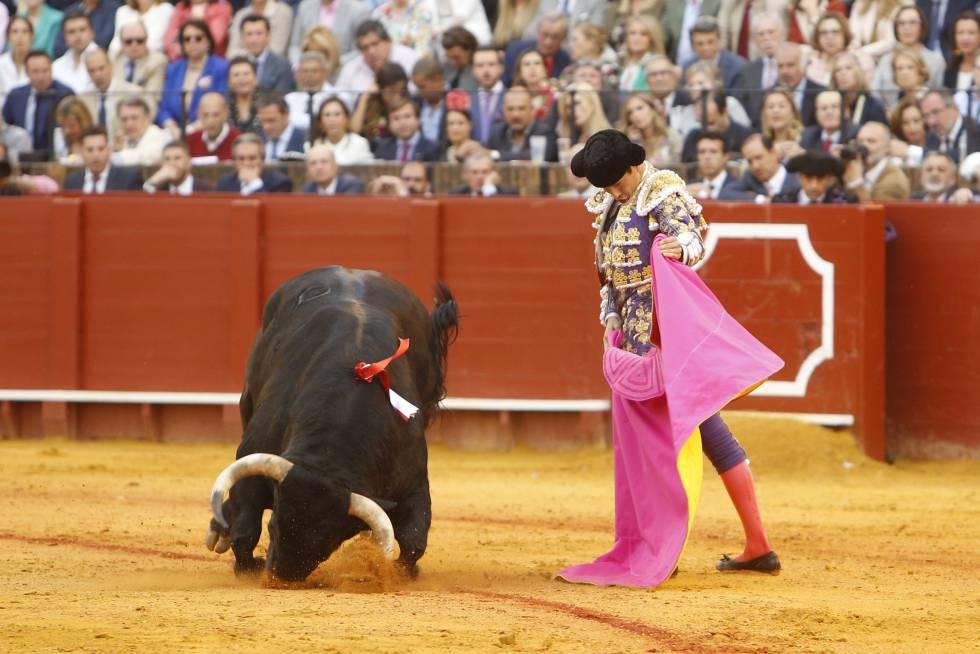 Un toro de Juan Pedro Domecq claudica ante el capote de José María Manzanares, el 20 de abril, en la Maestranza.