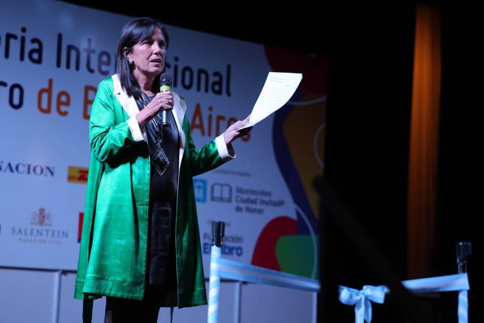La escritora argentina Claudia Piñeiro da el discurso inaugural de la 44ª Feria del Libro de Buenos Aires el pasado jueves 26 de abril.
