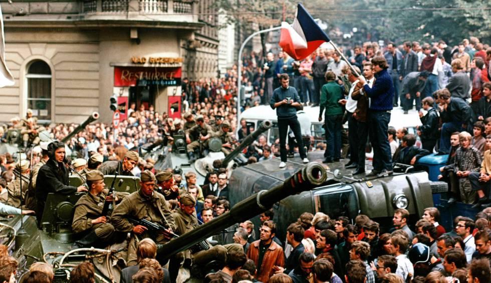 Soldados soviéticos tratan de llegar a la sede de la radio checoslovaca en Praga en agosto de 1968.