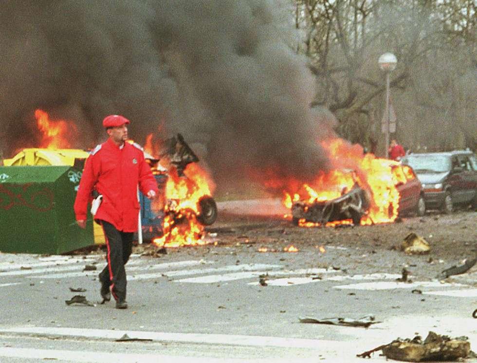 El coche bomba, aún en llamas, utilizado por ETA para asesinar a Fernando Buesa y su escolta en 2012.
