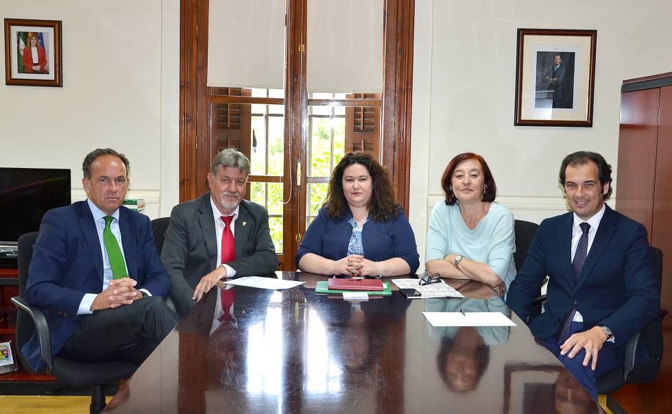 Los presidentes de la Real Maestranza, reunidos con la delegada del Gobierno de la Junta de Andalucía en Sevilla (en el centro).