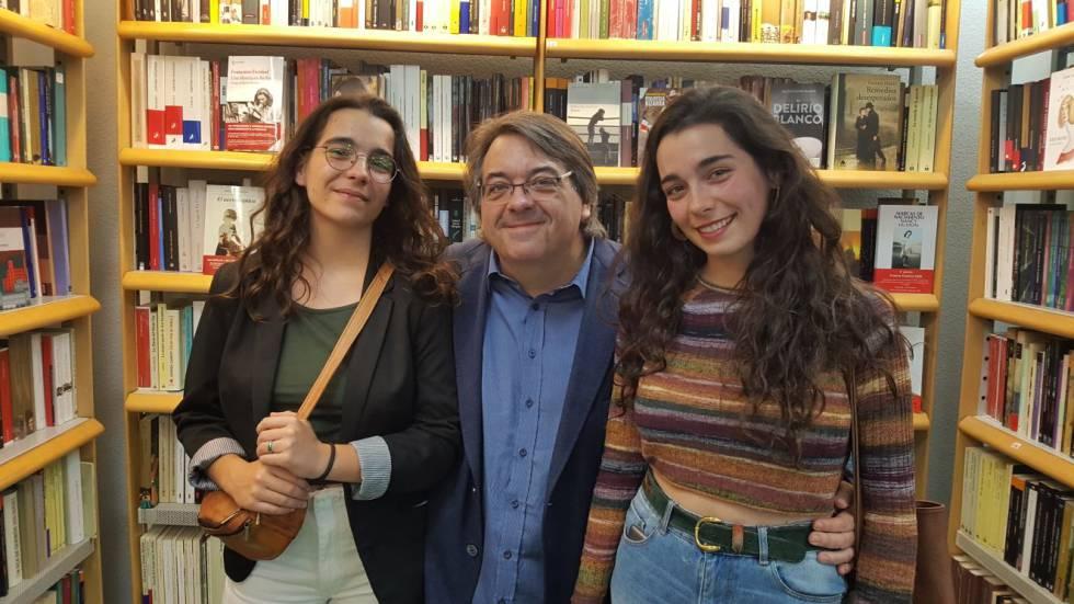 Jesús Ruiz Mantilla, entre sus hijas Paula, a la izquierda y Cristina.