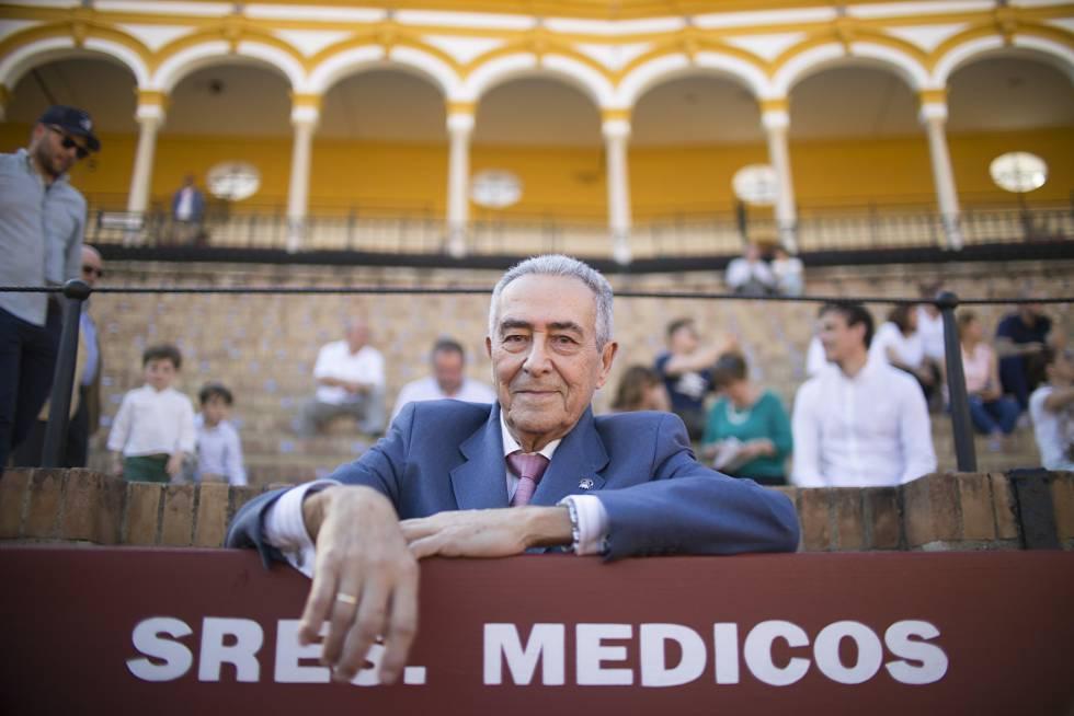 Ramón Vila, en el burladero del equipo médico de la Maestranza.