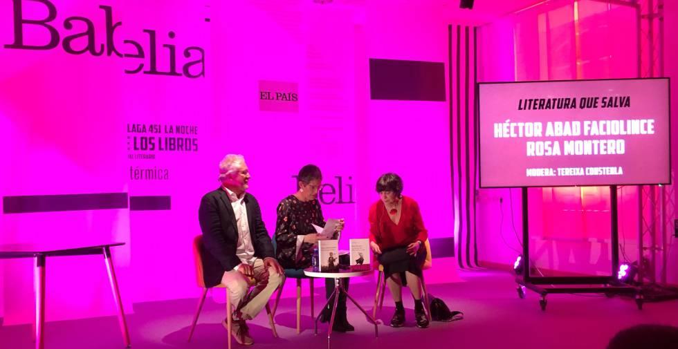El escritor Héctor Abad, la periodista de EL PAÍS Tereixa Constenla y la escritora Rosa Montero, durante su charla en el Espacio Babelia.