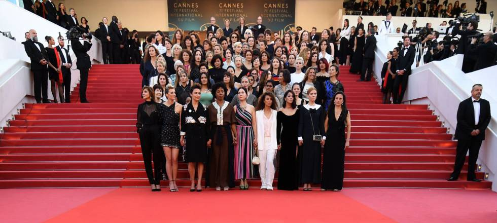 Las 82 cineastas posan en la escalinata de acceso al Palais de festivales de Cannes.