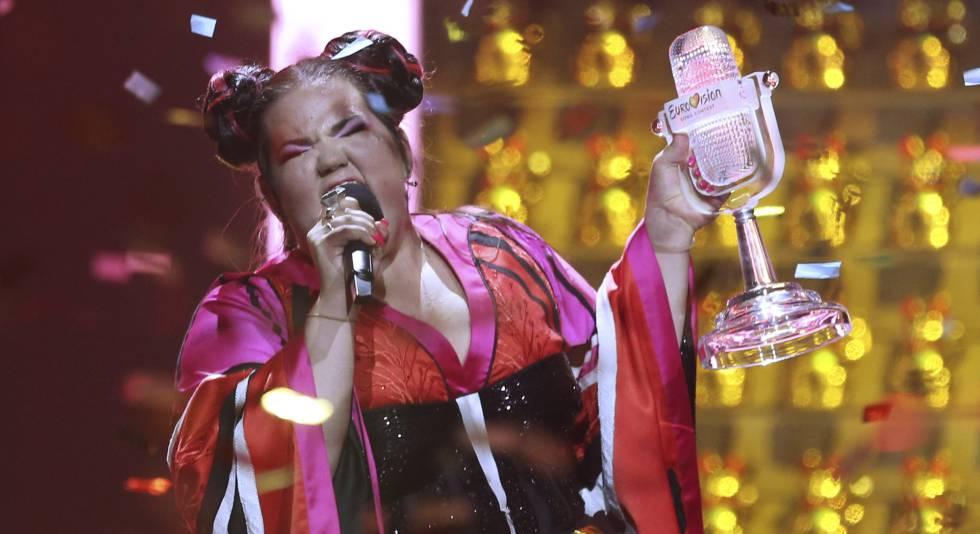 Netta con el trofeo de Eurovisión 2018, al final de la gala.