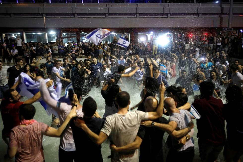 Israelíes celebran el triunfo en Eurovisión en la plaza Rabin de Tel Aviv.