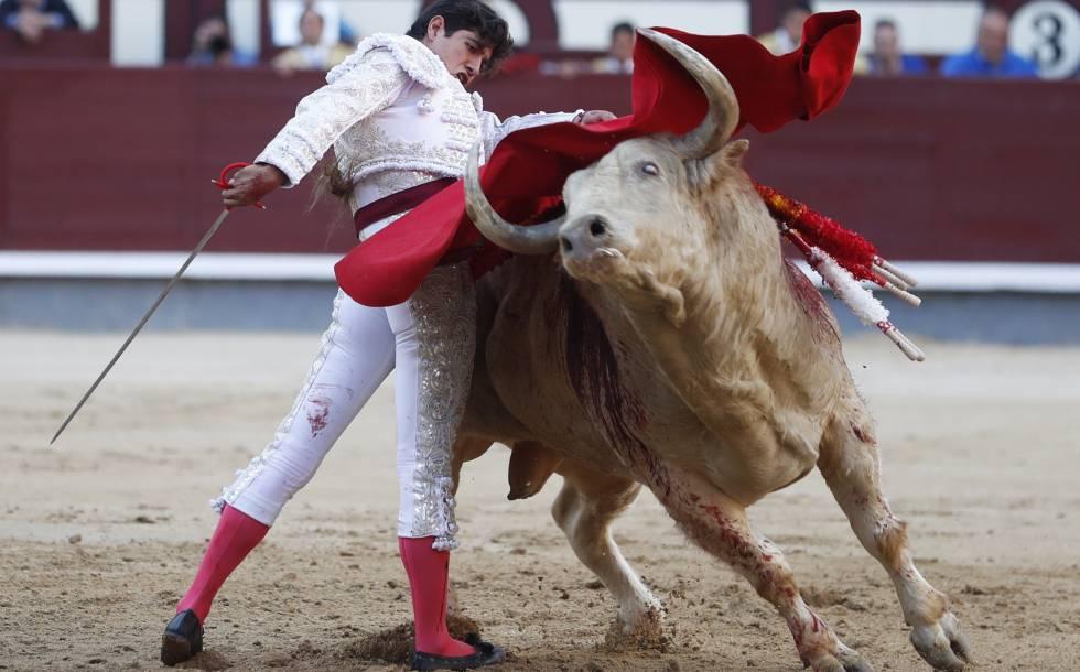 Luis David, en un vistoso pase de pecho a su primer toro, ayer en Las Ventas.