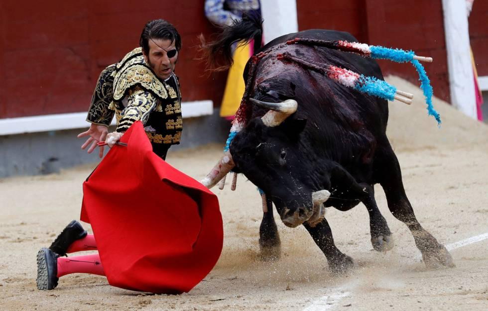 Juan José Padilla, de rodillas, en el inicio de la faena de muleta a su primer toro.