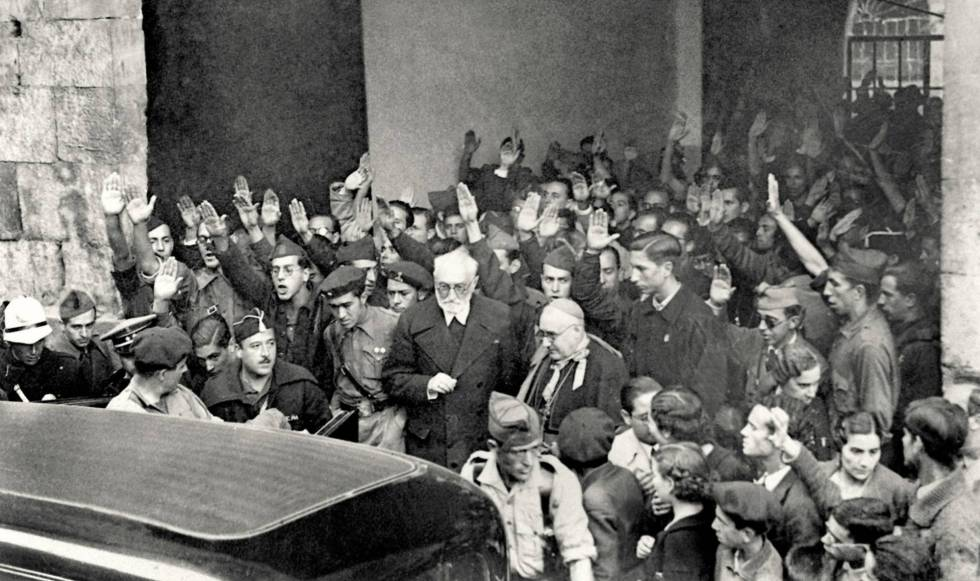 Miguel de Unamuno (con barba blanca), a la salida de la Universidad de Salamanca el 12 de octubre de 1936.