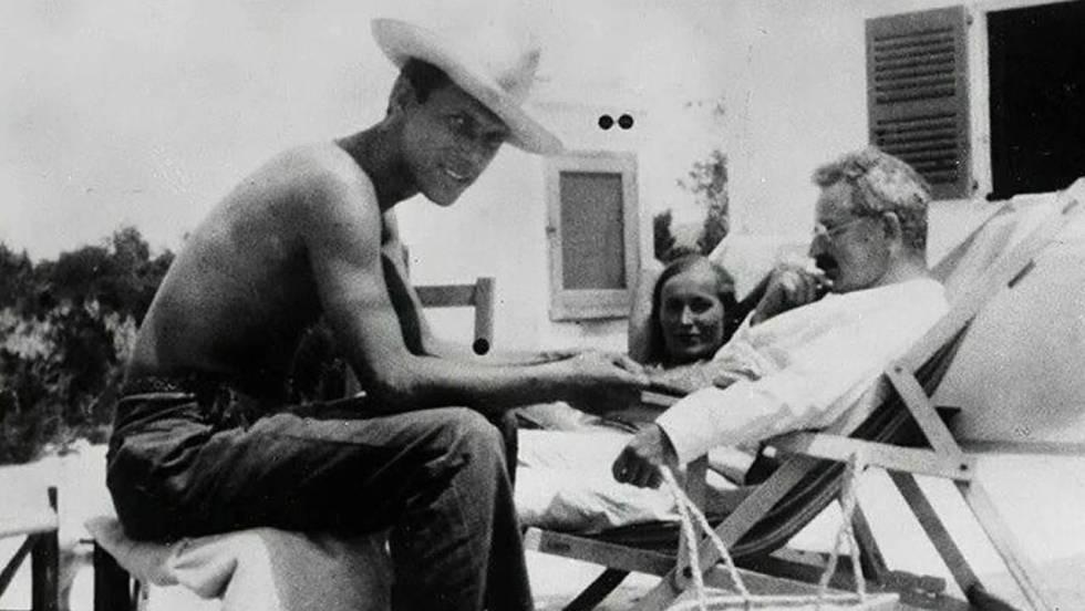 Walter Benjamin, de blanco, con el matrimonio Selz.