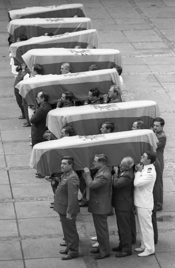 Los siete féretros, seis militares y un civil, muertos en los atentados de ETA en Madrid en junio de 1993.