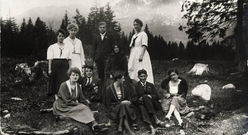 Franz Kafka, sentado abajo a la derecha con invitados.