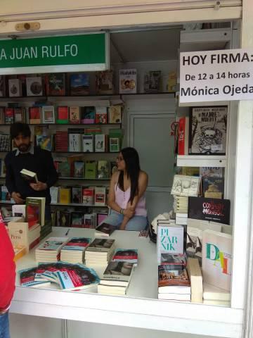 La escritora ecuatoriana Mónica Ojeda, el sábado pasado en la caseta de la Librería Juan Rulfo en la Feria del Libro de Madrid.