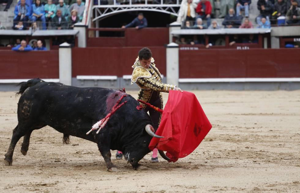 El torero Daniel Luque, en un pase de pecho, este martes en Las Ventas.