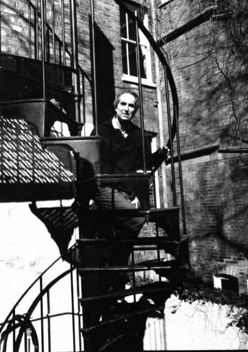 Philip Roth, en la escalera del jardín de su casa.
