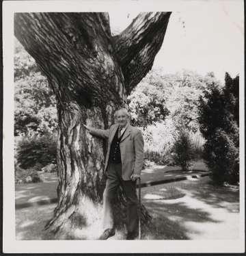 Tolkien, en el Jardín Botánico de Oxford en 1973.