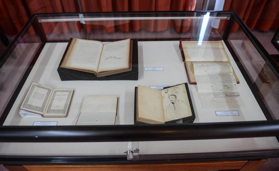 Exposición de material de las cajas 26 de la biblioteca de Silvina Ocampo y Bioy Casares en la sala del Tesoro de la Biblioteca Nacional