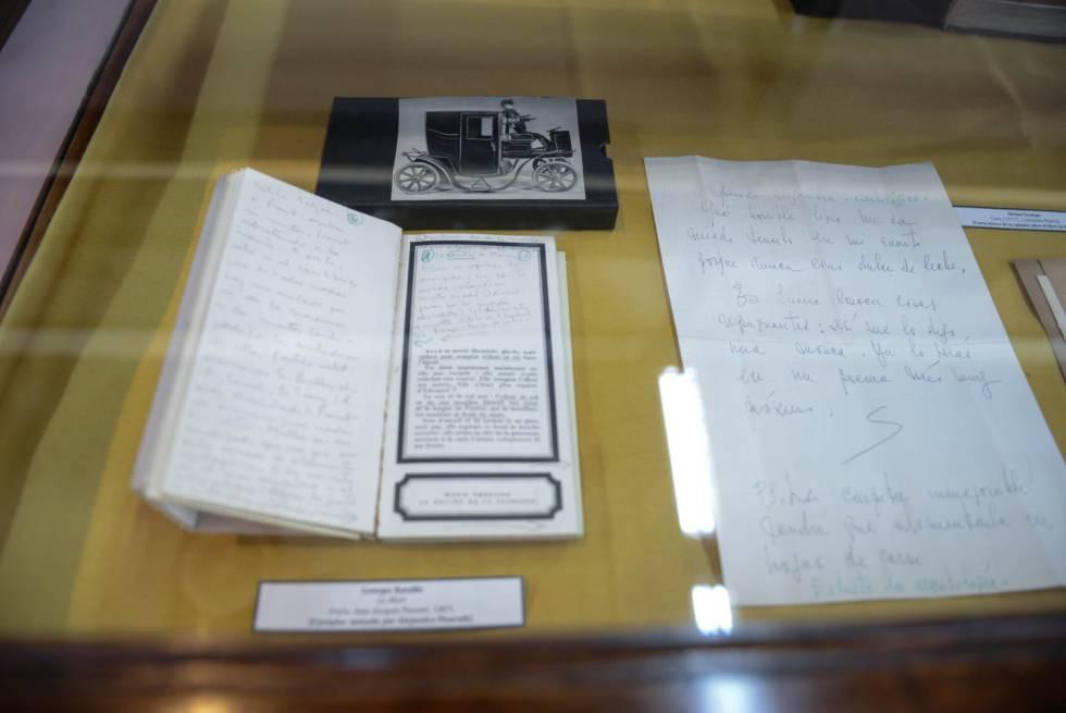 Ejemplar de La mort, de George Bataille, con anotaciones de Pizarnik y una carta de Ocampo.