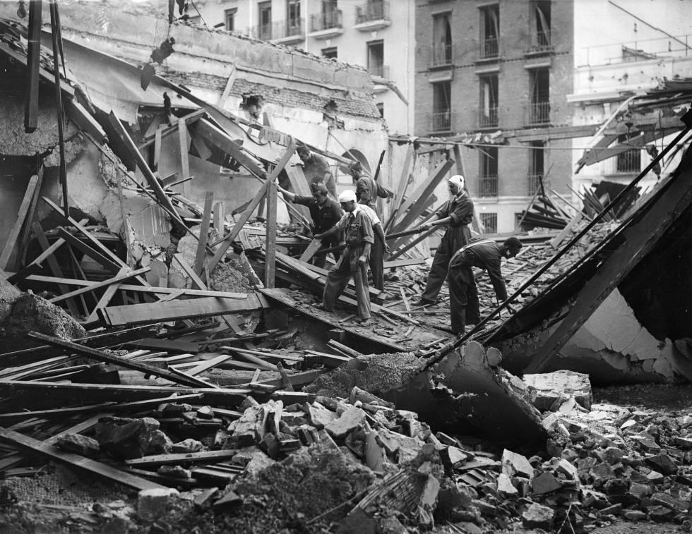 Milicianos retiran escombros tras un bombardeo de los militares sublevados en Madrid en 1936.