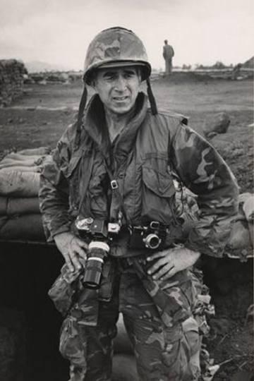El fotógrafo, en su época de reportero de guerra.