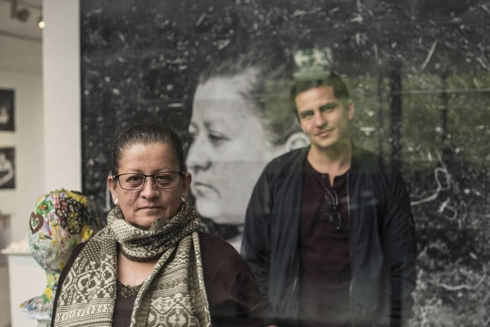 Gloria Astrid Martínez, madre un joven asesinado por el Ejército, y el fotógrafo Carlos Saavedra, en la exposición.