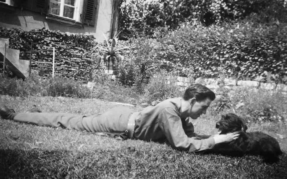 Jerome David Salinger jugando con su perro Benny, en una imagen sin datar.