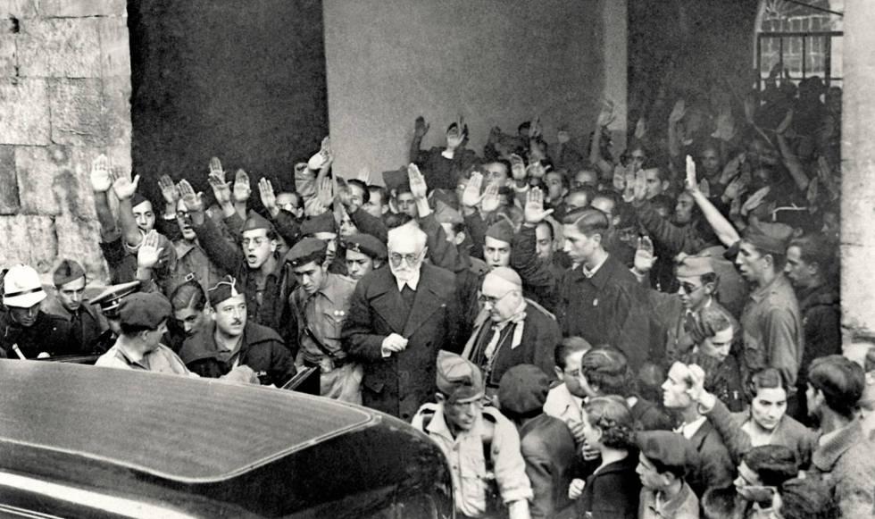 Unamuno, con barba, saliendo del Paraninfo de la Universidad de Salamanca tras el enfrentamiento con Millán Astray, el 12 de octubre de 1936.