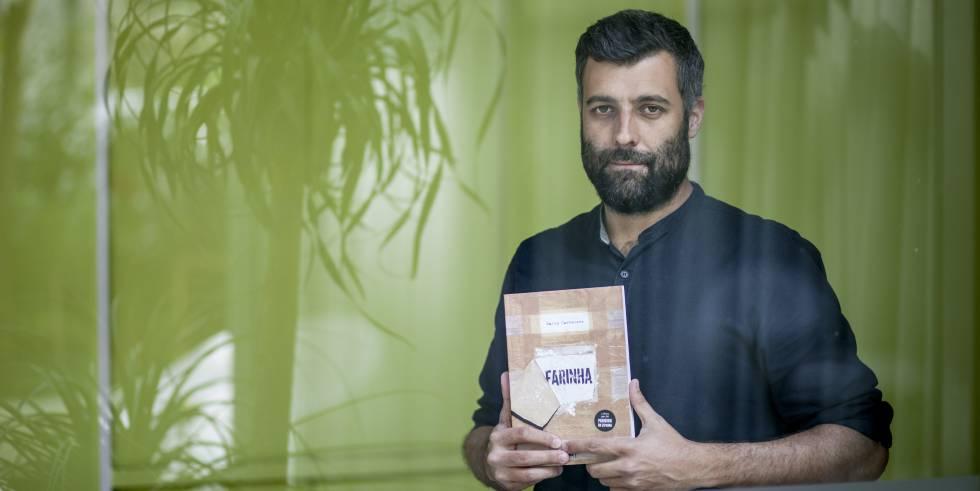 Nacho Carretero, con 'Farinha', la edición portuguesa del libro prohibido en España.