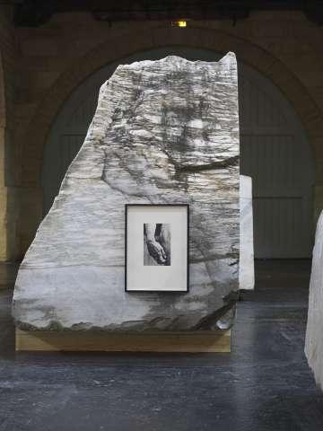 Bloque de mármol de Carrara con una fotografía, obra expuesta en Burdeos.
