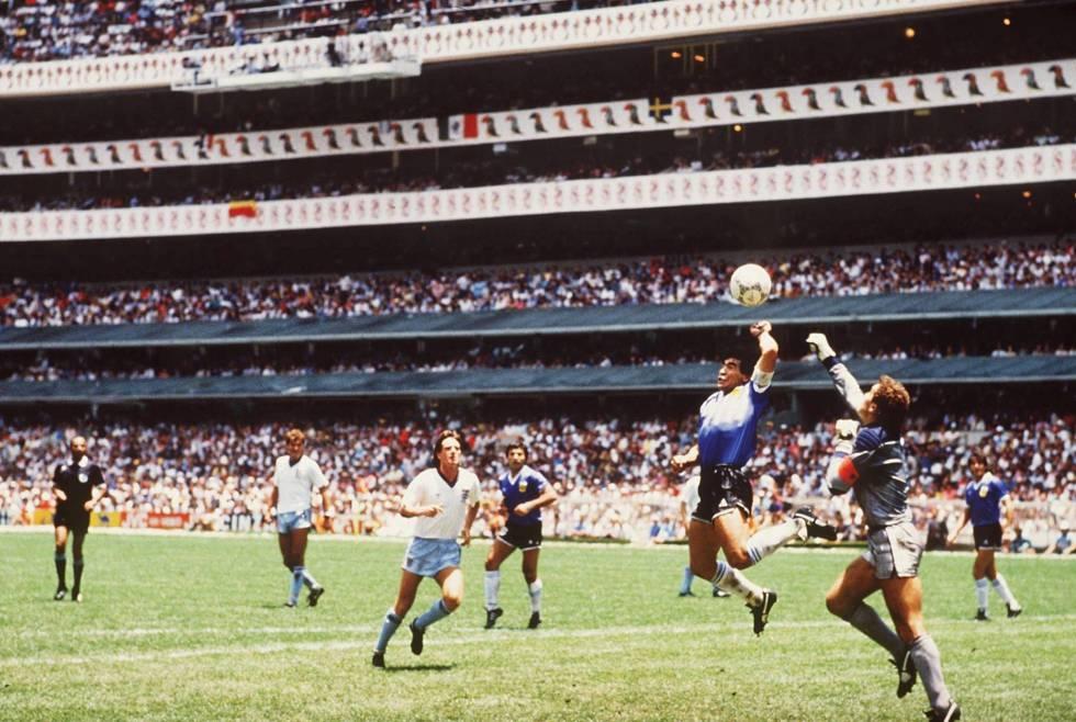 Maradona golpea el balón con la mano en el Mundial de México en 1986.