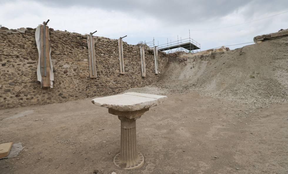 Una pequeña mesa hallada durante las excavaciones en Pompeya.