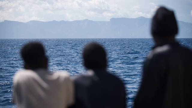 Tres migrantes a bordo del 'Aquarius'.