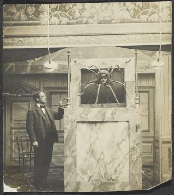 Emmy Hennings como mujer araña en 1915 en el cabaret anterior al Cabaret Voltaire.