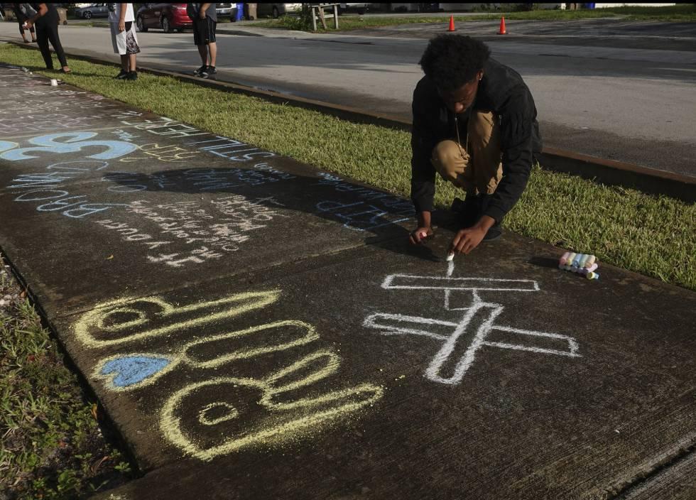 Un fanático del fallecido rapero XXXTentacion escribe un recuerdo donde fue asesinado el artista, Deerfield Beach, Florida.