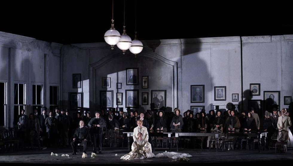 La presión social, gráficamente simbolizada en la puesta en escena de David Alden al final del segundo acto de 'Lucia di Lammermoor'.