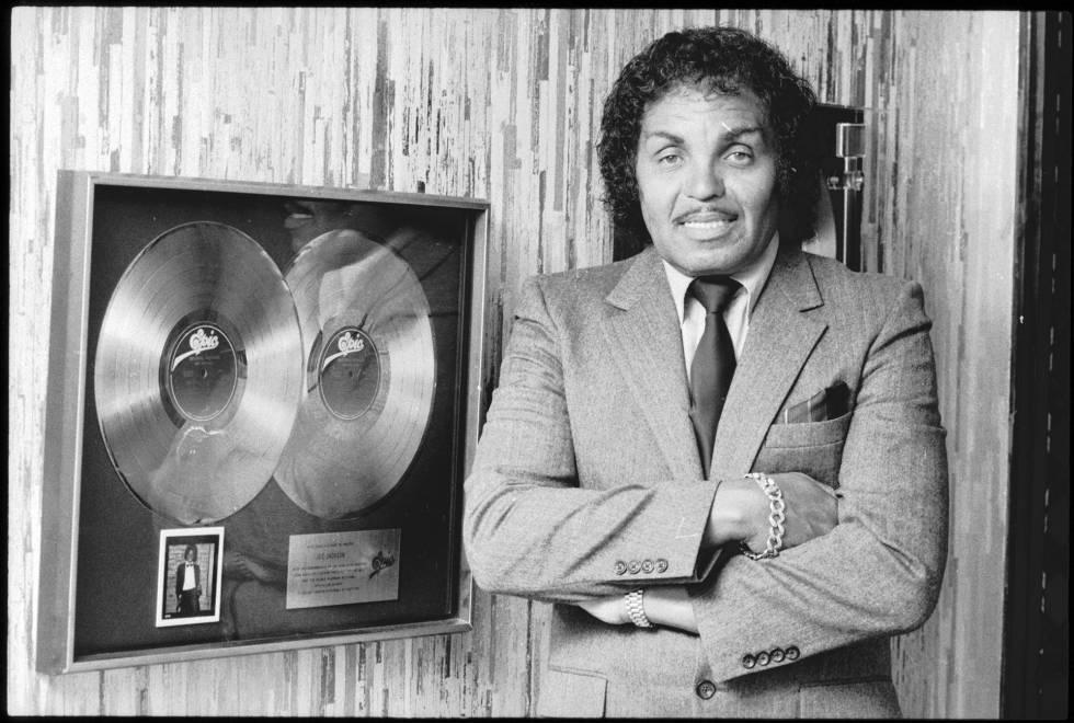 Joseph Jackson, con un doble disco de platino, en 1982.