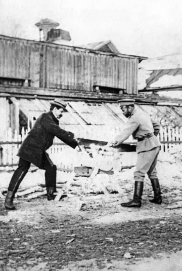 Nicolás II corta madera con Pierre Gilliard durante el cautiverio en Tobolsk, en 1918.