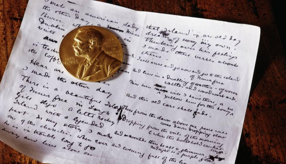 La medalla de oro del Premio Nobel sobre un manuscrito del poeta William Butler Yeats.