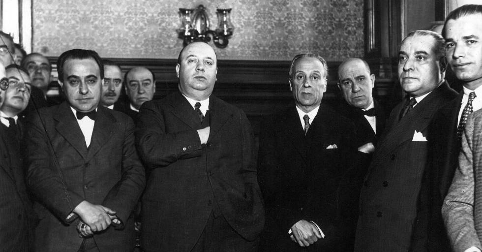 Indalecio Prieto (centro) toma posesión como ministro de Obras Públicas en diciembre de 1931.