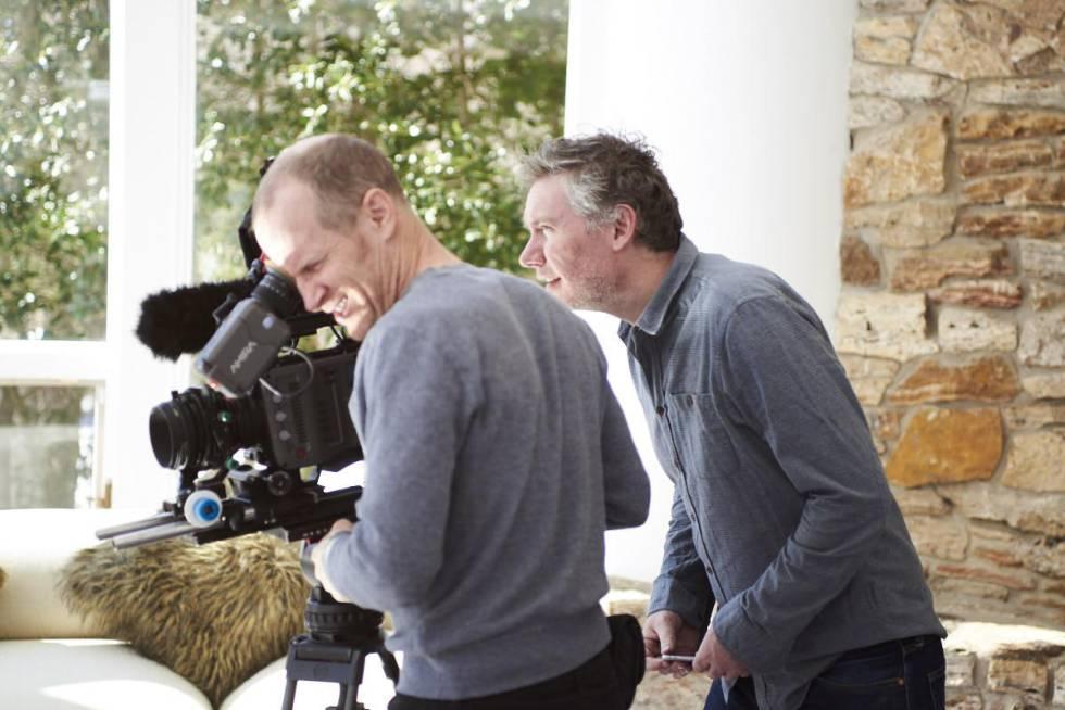 Kevin Macdonald, detrás de su operador de cámara, durante las entrevistas de 'Whitney'.