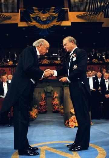 Saramago (esquerda) recebe o Nobel de Literatura das mãos do rei Carlos Gustavo da Suécia, em dezembro de 1998.